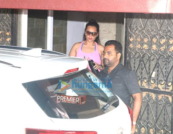 Sara Ali Khan and Sonakshi Sinha spotted at the gym (3)