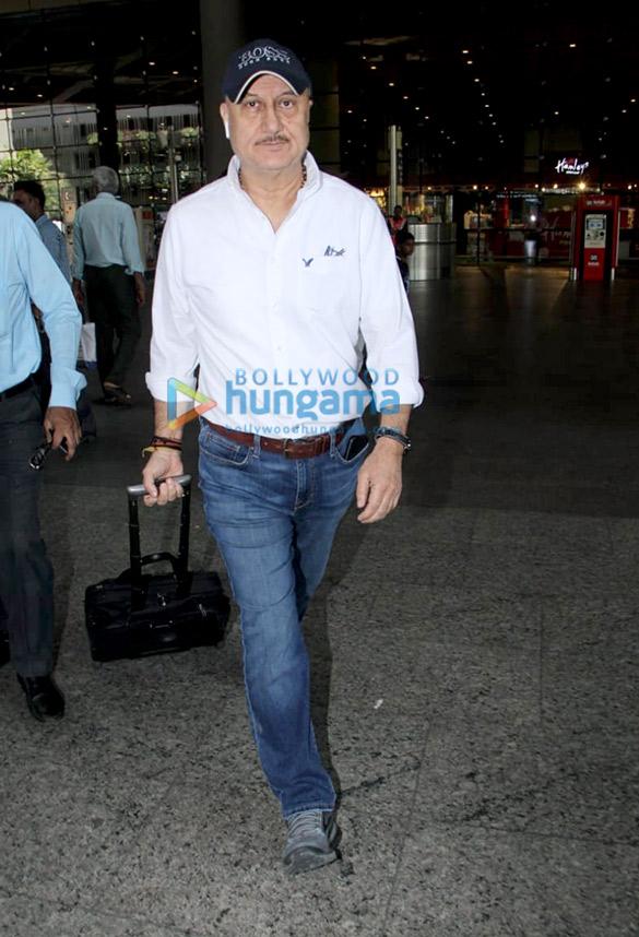 Akshay Kumar, Kangana Ranaut and others snapped at the airport (6)