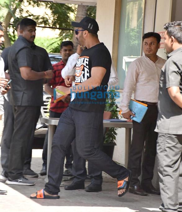 Arjun Kapoor spotted at Aanand L Rai's office (1)