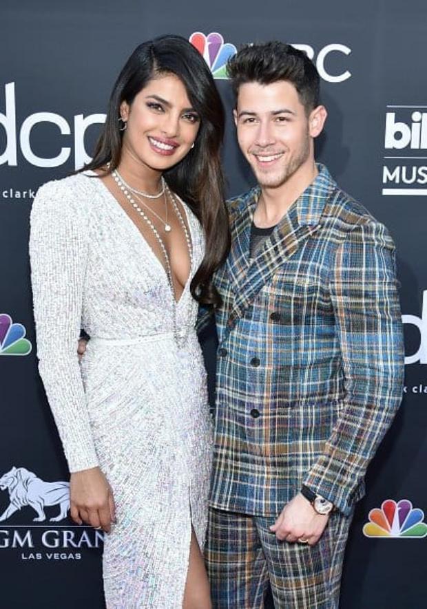 BBMAs: Priyanka Chopra steals a KISS from Nick Jonas, cheers with Sophie Turner & Danielle Jonas during Jonas Brothers' performance