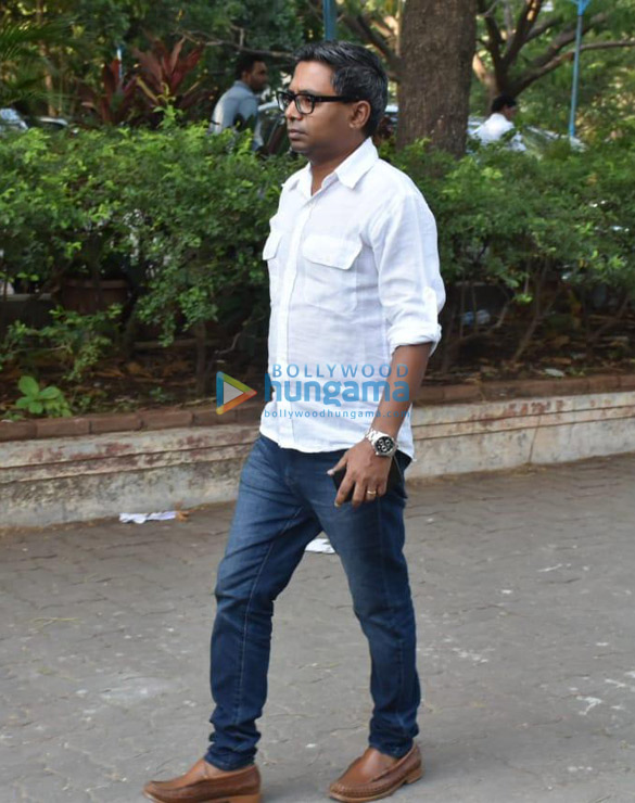 Celebs snapped at Ajay Devgn's house arriving to pay their condolence (123)
