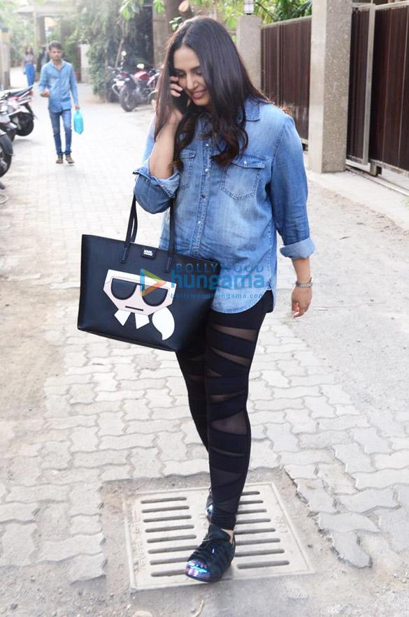 Huma Qureshi spotted at Rakesh Omprakash Mehra's office in Bandra (1)