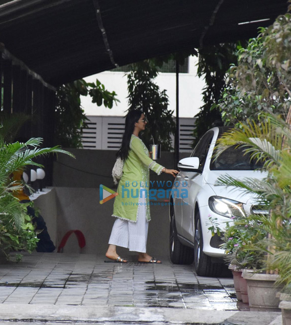 Photos Kiara Advani spotted in Andheri (2)