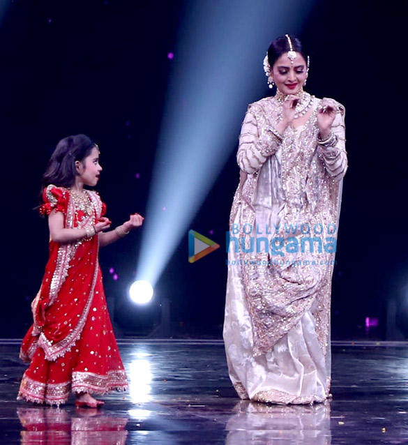 Photos Rekha snapped on the sets of Super Dancer Chapter 3 (4)