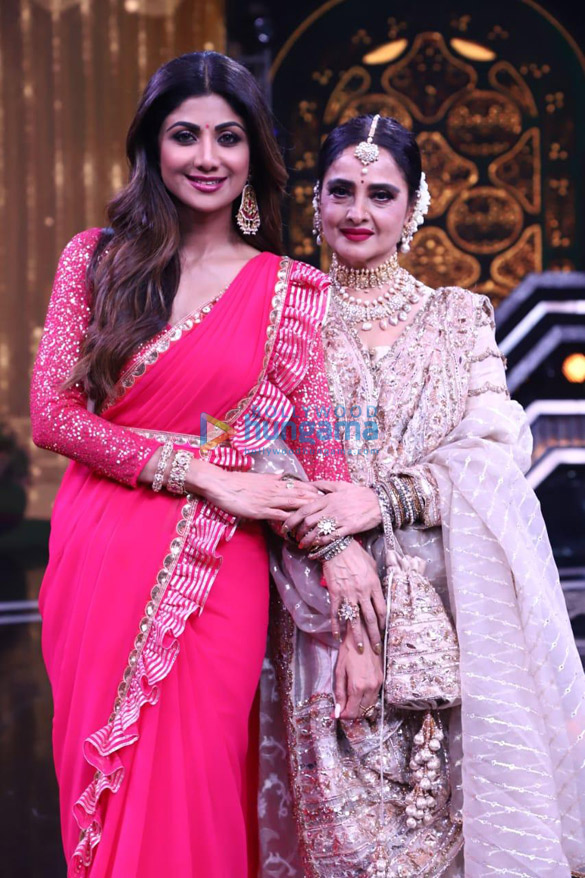 Photos Rekha snapped on the sets of Super Dancer Chapter 3 (6)