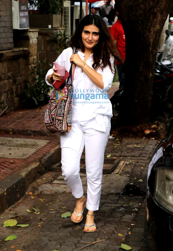 Photos Fatima Sana Shaikh snapped with a friend at The Kitchen Garden in Bandra (2)