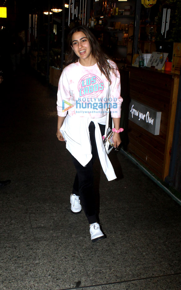 Photos Sara Ali Khan, Kartik Aaryan, Anil Kapoor and others snapped at the airport (6)