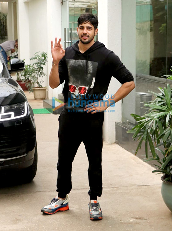Photos Sidharth Malhotra spotted at Sunny Super Sound in Juhu (1)