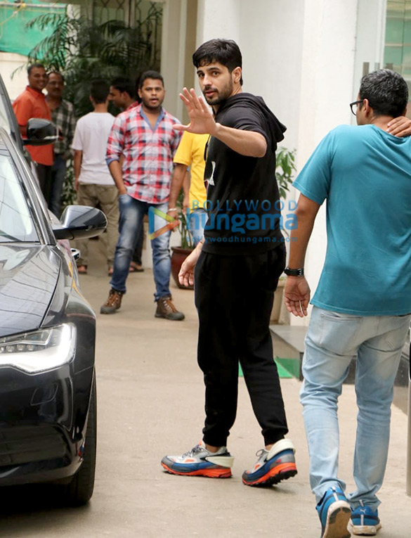 Photos Sidharth Malhotra spotted at Sunny Super Sound in Juhu (3)