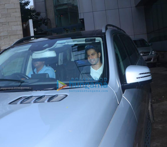 Photos Varun Dhawan snapped at a dance class in Versova (2)