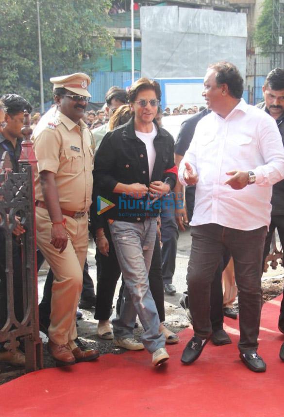Photos Shah Rukh Khan snapped at an event at Bandra station (1)