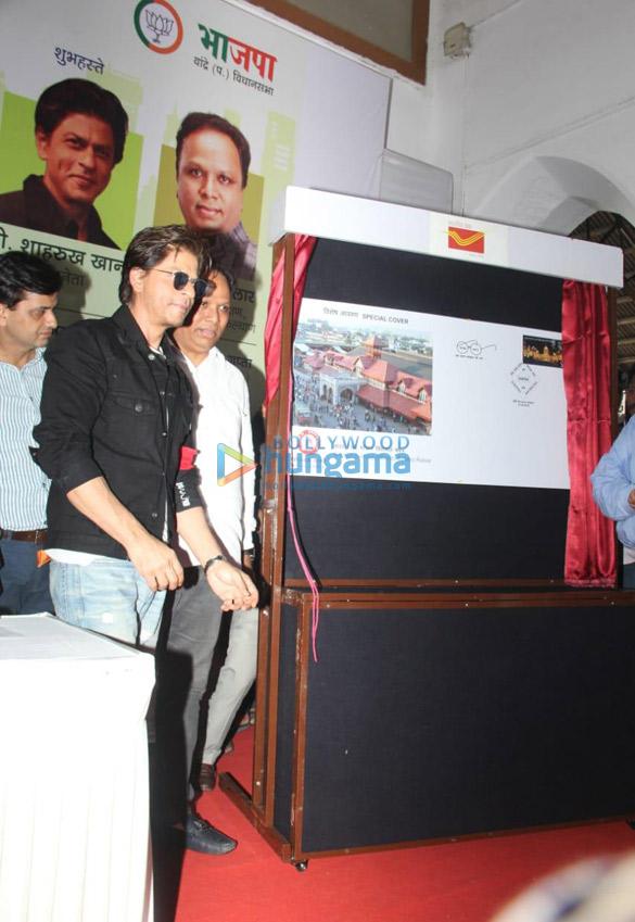 Photos Shah Rukh Khan snapped at an event at Bandra station (5)