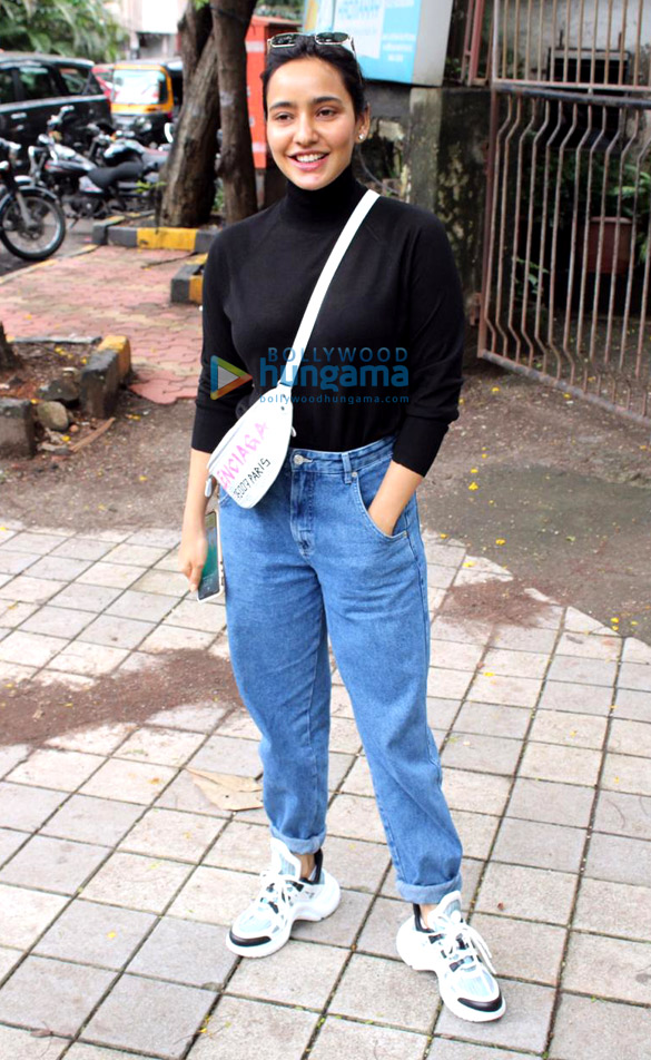 Photos Dimple Kapadia, Neha Sharma and Nimrat Kaur spotted at Kromakay salon in Juhu (3)