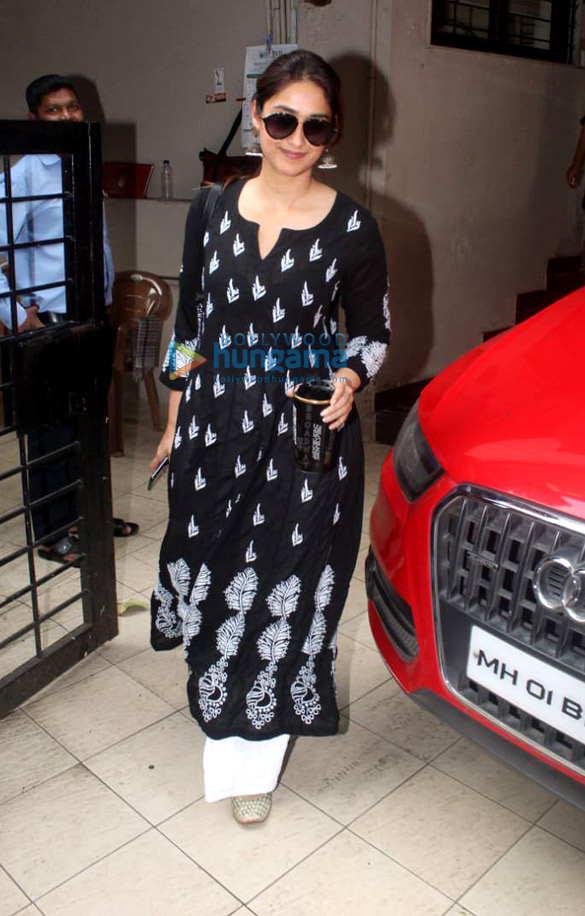 Photos Ileana D'Cruz spotted at the Matrix office in Bandra (2)
