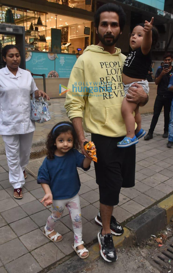 Photos Shahid Kapoor snapped with his kids Misha and Zain at Foodhall in Khar (1)