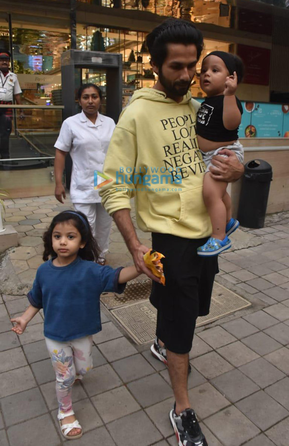 Photos Shahid Kapoor snapped with his kids Misha and Zain at Foodhall in Khar (3)