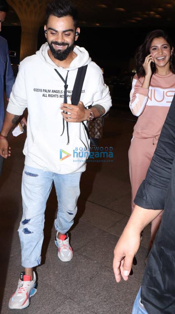 Photos Virat Kohli and Anushka Sharma snapped at the airport (3)