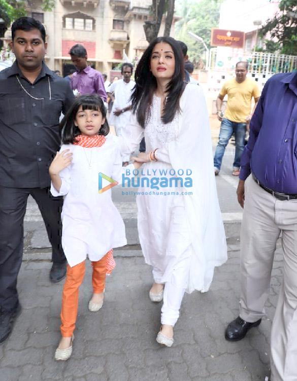 Photos Aishwarya Rai Bachchan and Aaradhya Bachchan snapped at Ramakrishna Mission for Dussehra Puja (3)