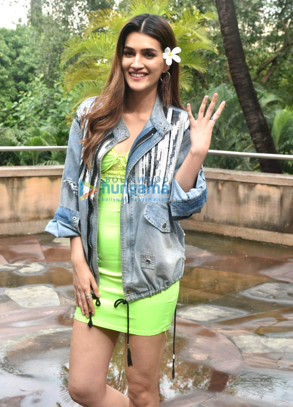 Photos Akshay Kumar, Kriti Sanon and others snapped promoting their film Housefull 4 (1)