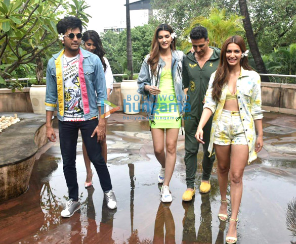 Photos Akshay Kumar, Kriti Sanon and others snapped promoting their film Housefull 4 (2)