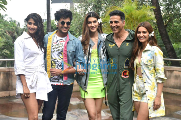 Photos Akshay Kumar, Kriti Sanon and others snapped promoting their film Housefull 4 (4)