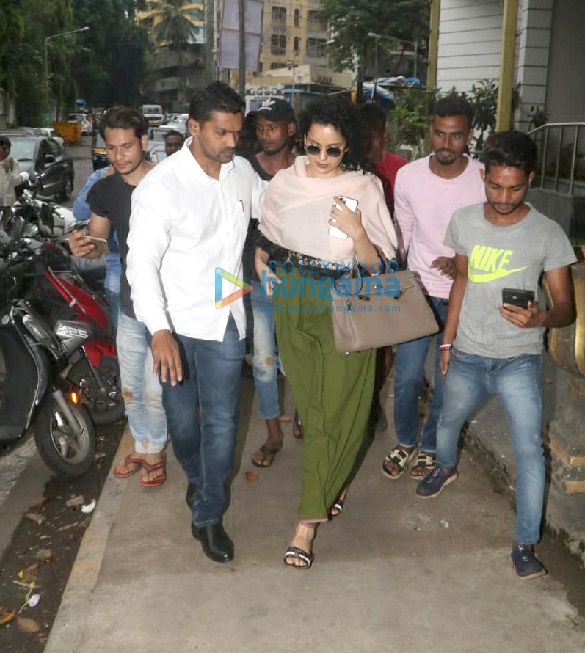 Photos Kangana Ranaut spotted at Hair Masters salon in Khar (1)