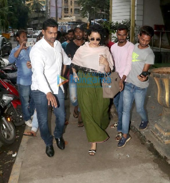 Photos Kangana Ranaut spotted at Hair Masters salon in Khar (2)
