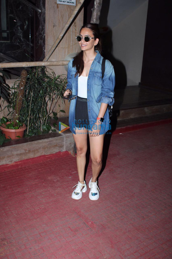 Photos Kriti Kharbanda snapped in Andheri (2)