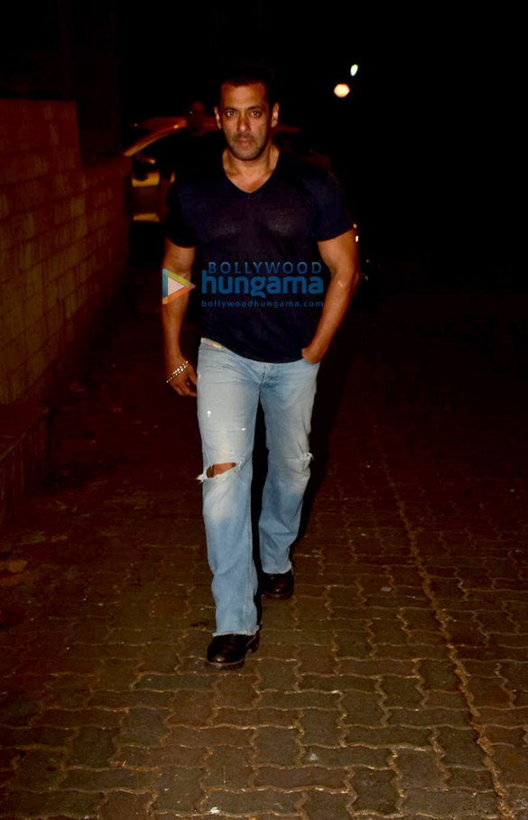 Photos Salman Khan spotted at a recording studio in Bandra (5)