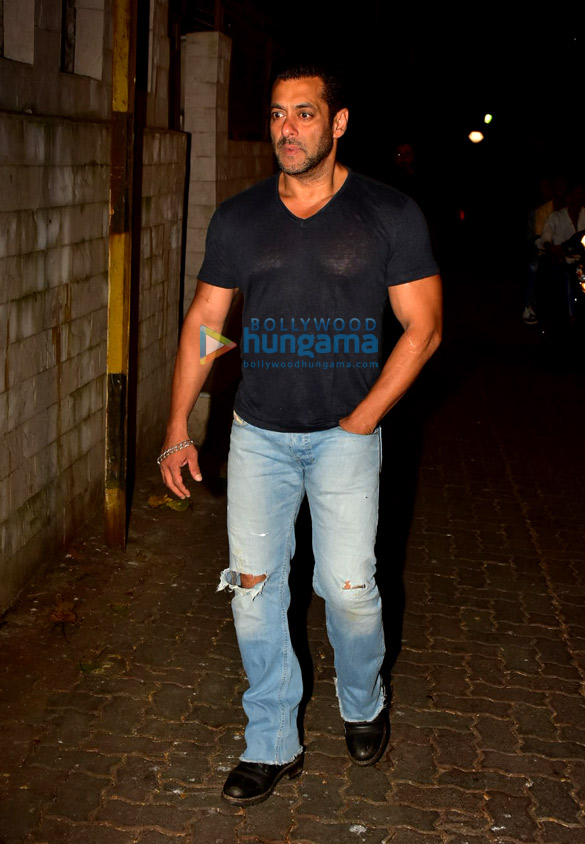 Photos Salman Khan spotted at a recording studio in Bandra (6)