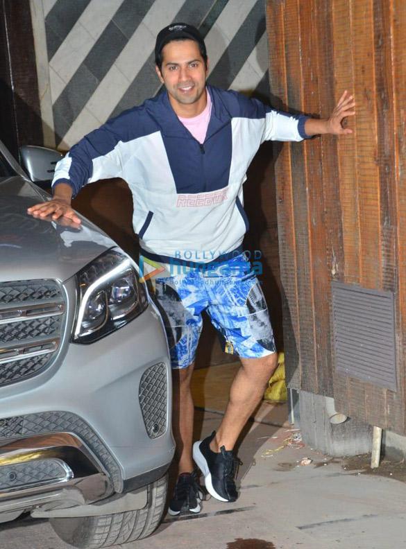 Photos Varun Dhawan snapped at gym in Juhu (1)