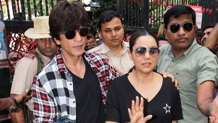 Shah Rukh Khan & Gauri Khan Spotted casting their VOTE in Bandra