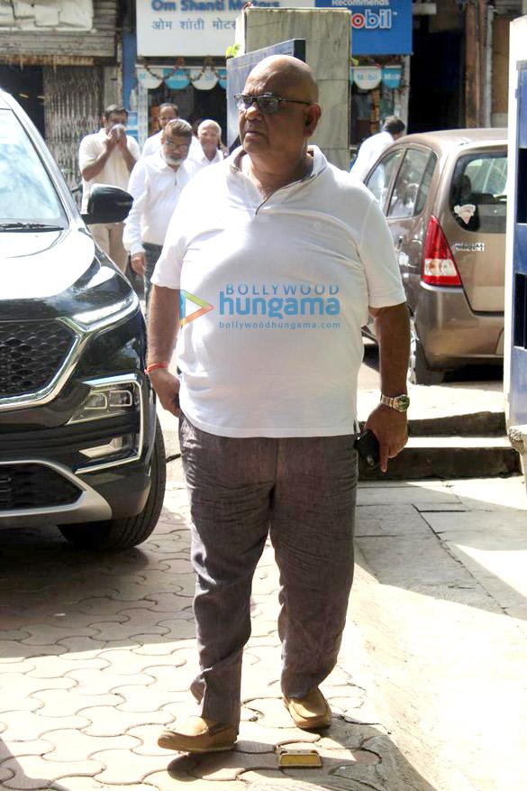 Photos Celebs attend Champak Jain's funeral (7)