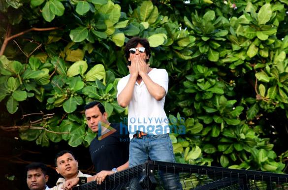 Photos Shah Rukh Khan greets the fans on his 54th birthday at Mannat, Bandra (7)