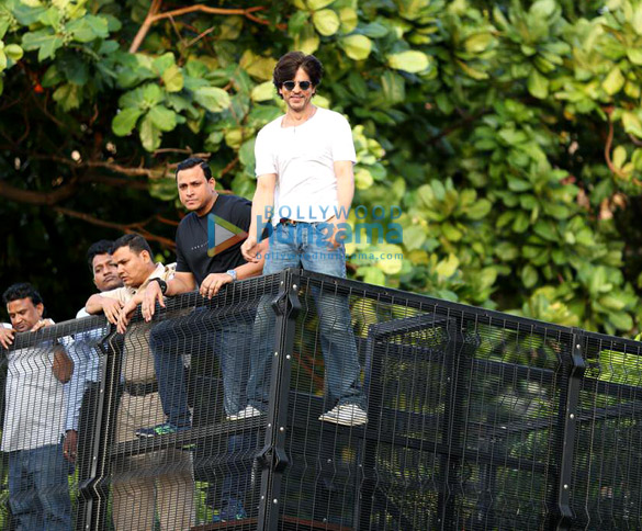 Photos Shah Rukh Khan greets the fans on his 54th birthday at Mannat, Bandra (8)