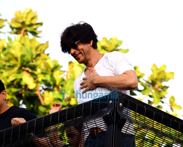 Photos Shah Rukh Khan greets the fans on his 54th birthday at Mannat, Bandra (9)