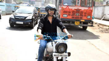 Photos: Kartik Aaryan snapped enjoying bike ride in Andheri