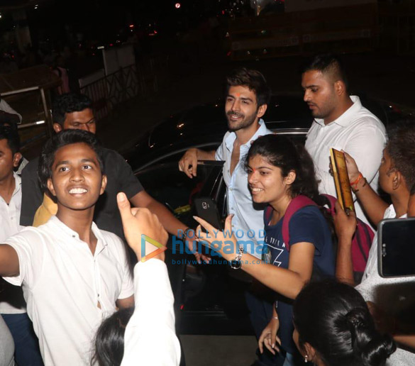 Photos Kartik Aaryan snapped visiting Siddhivinayak temple (2)