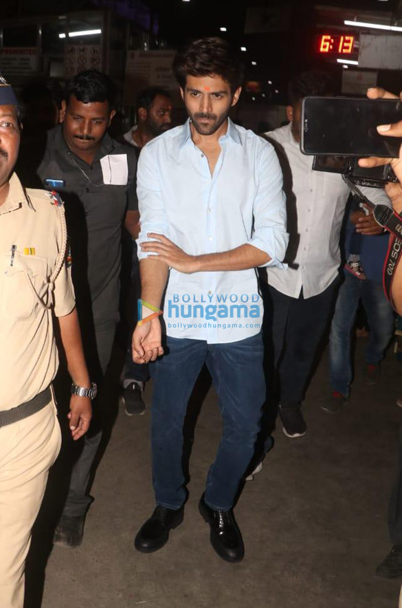 Photos Kartik Aaryan snapped visiting Siddhivinayak temple (6)