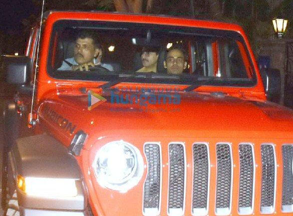 Photos Saif Ali Khan and Kareena Kapoor Khan snapped in their new car in Bandra (4)