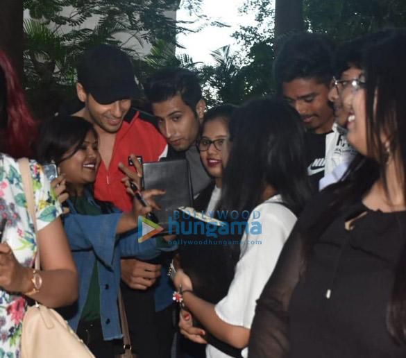 Photos Sidharth Malhotra celebrates his birthday with fans (5)