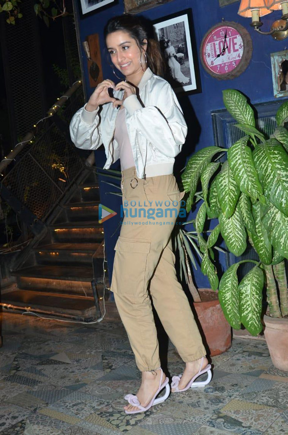 Photos Shraddha Kapoor, Padmini Kolhapure and others snapped at a restaurant in Juhu (1)
