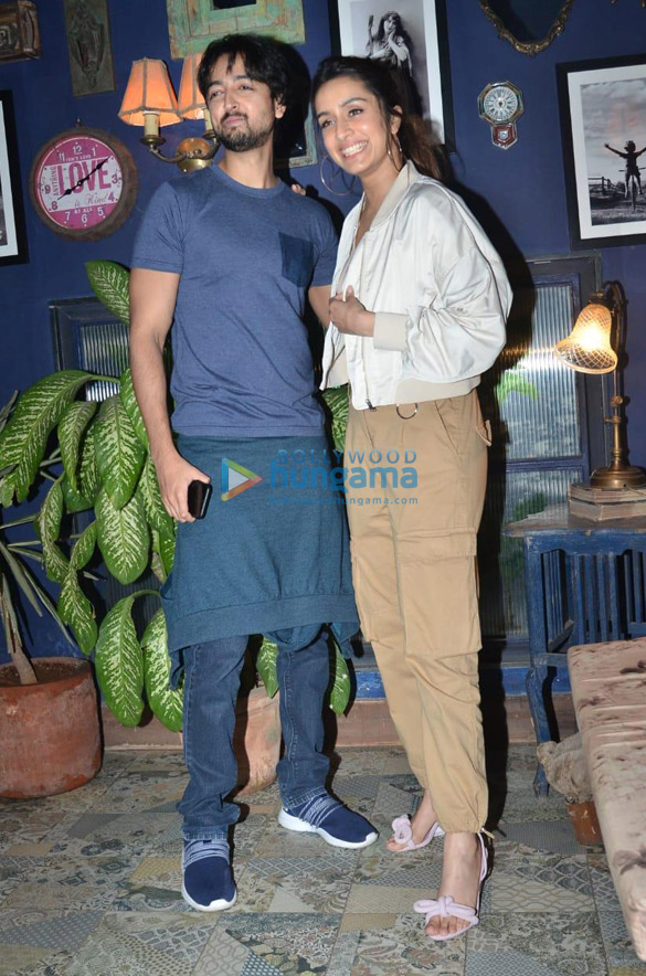 Photos Shraddha Kapoor, Padmini Kolhapure and others snapped at a restaurant in Juhu (4)