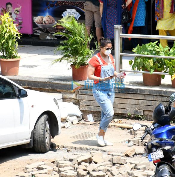 Photos Lara Dutta snapped at a medical shop (3)