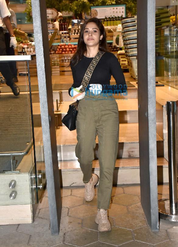 Photos Nushrat Bharucha spotted at Foodhall in Bandra (5)