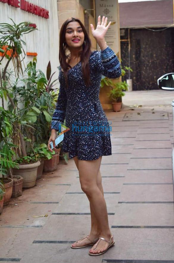Photos Sunny Leone, Saiee Manjrekar and Aayush Sharma snapped in Juhu (3)