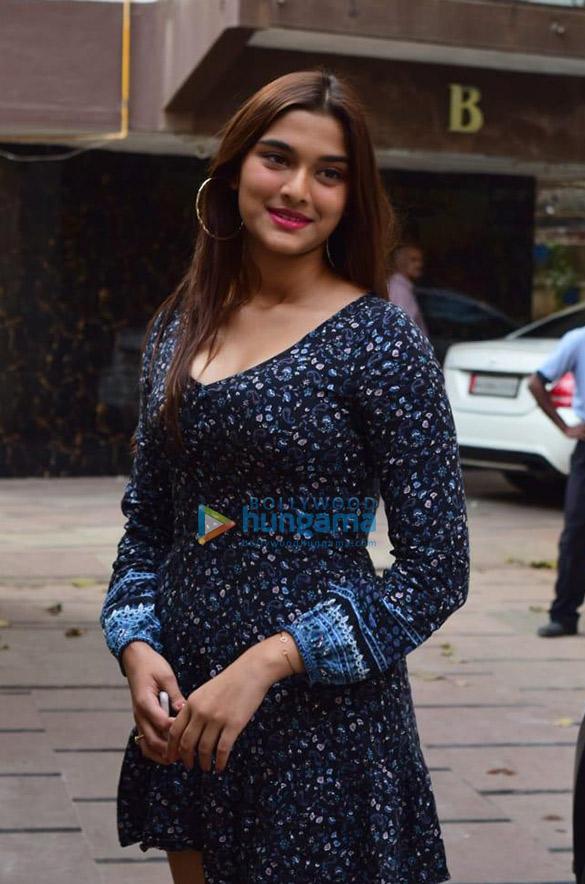 Photos Sunny Leone, Saiee Manjrekar and Aayush Sharma snapped in Juhu (4)