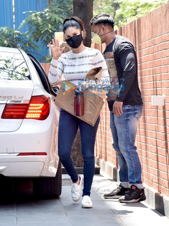Photos Sunny Leone snapped in Juhu (6)
