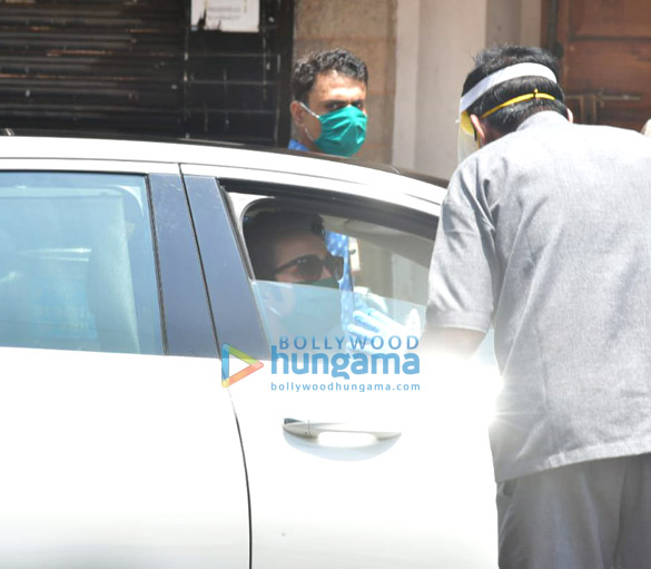 Photos Celebs pay last respects to Rishi Kapoor (2)