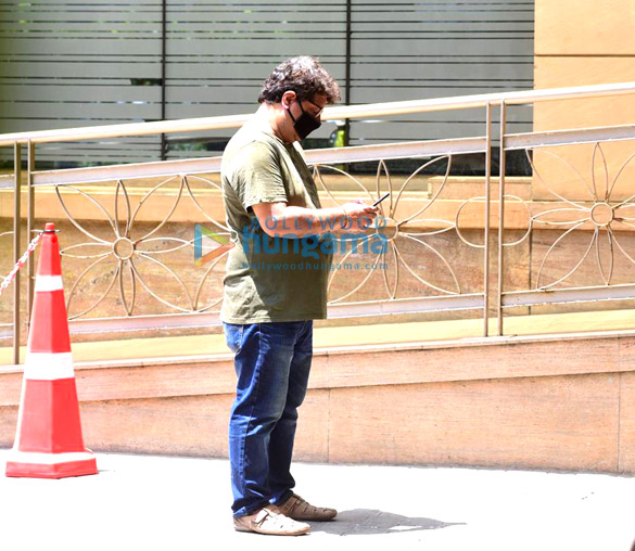 Photos Irrfan Khan's mortal remains taken for burial from the hospital (2)